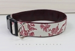 Collar with Toile de Jouy pattern. Lined with imitation leather in dark red