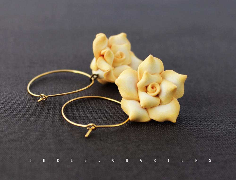 Three-Quarters - Creolen, gold, Ohrringe, Blumen, edel, weiß, gelb ...