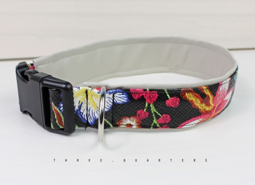 Collar in imitation leather with flowers and plants. Lined with artificial leather in light gray