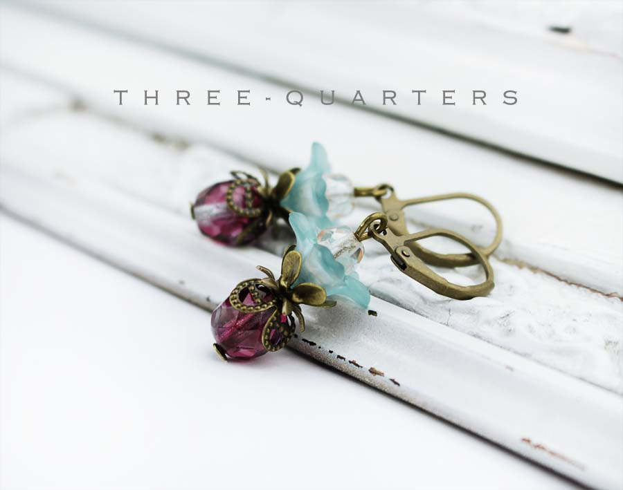 Three Quarters Ohrringe Blumen Hellblau Blumen Dunkerot
